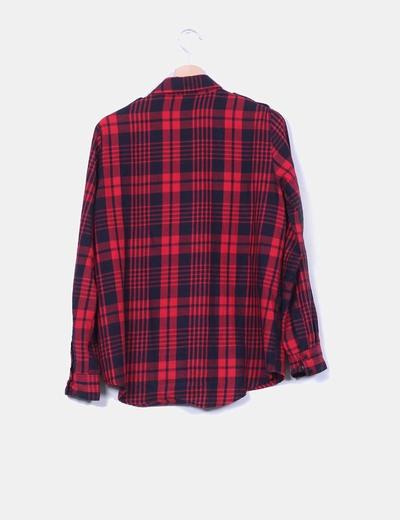 Camisa de cuadros rojos y negros