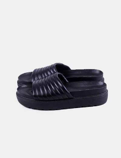 Sandalia negra acolchada