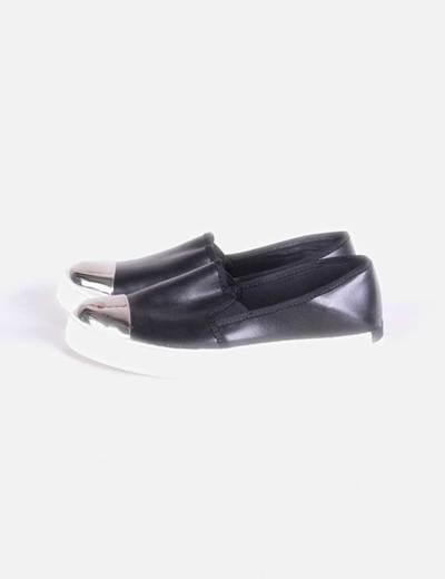 Zapatilla slip negro con puntera Stradivarius
