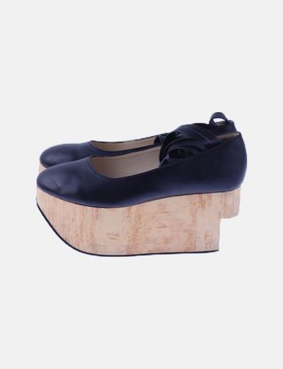 Bailarina negra con plataforma de madera