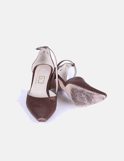Zapato bronce atado al tobillo