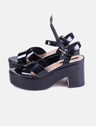 Sandalia de tacón negro charol