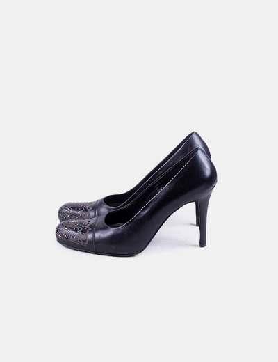 Zapato negro tacón troquelado