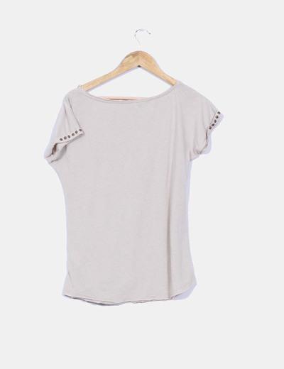 Camiseta beige manca corta detalle greca sombra y tachas