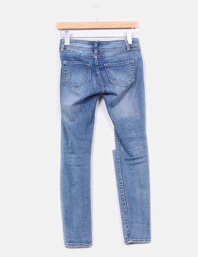 Jeans pitillo tono medio detalles rotos