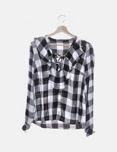 Blusa de cuadros negro y blanco con cordones