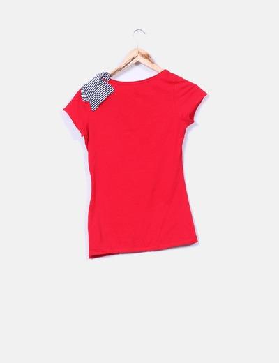 Camiseta roja con lazo de rayas