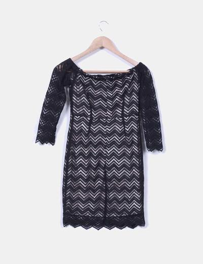 Vestido negro de puntilla zig zag