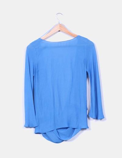 Blusa azul fluida con gran escote