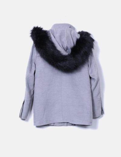 Abrigo gris con pelo negro en la capucha