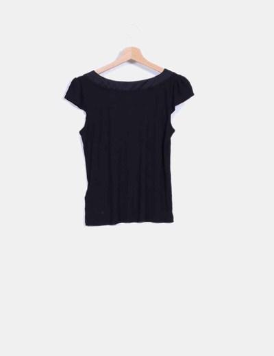 Camiseta negra con rosetones