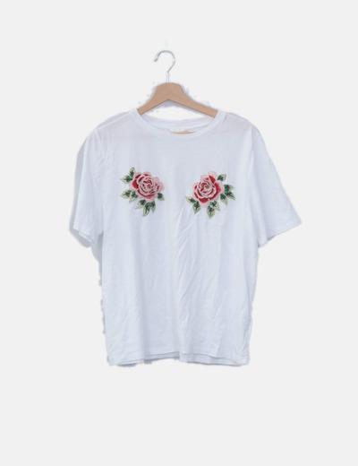 Camiseta blanca detalle flor