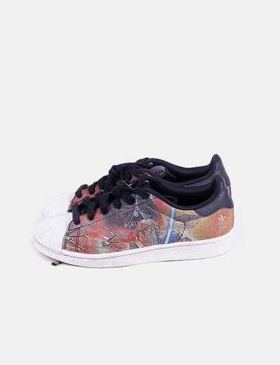 Sneaker estampada con cordones