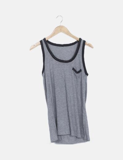 Camiseta gris cuello cadena