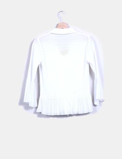 Camisa blanca texturizada con chorreras
