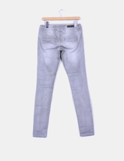Pantalon demin gris detalle efecto desgastado
