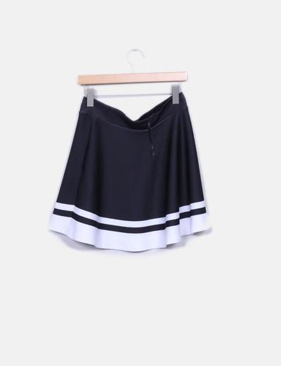 Falda negra y blanca con vuelo