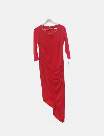 Vestido largo rojo detalle cadena dorada