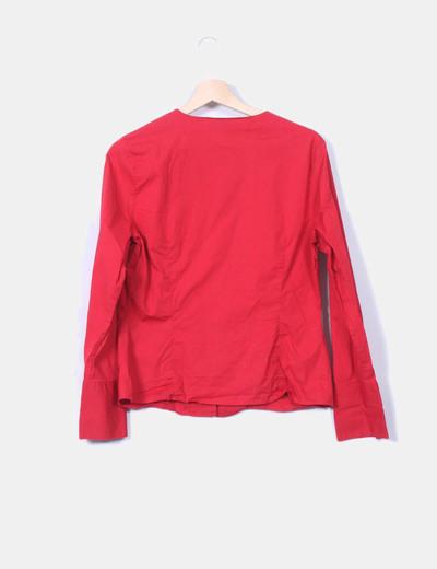 Camisa roja con escote