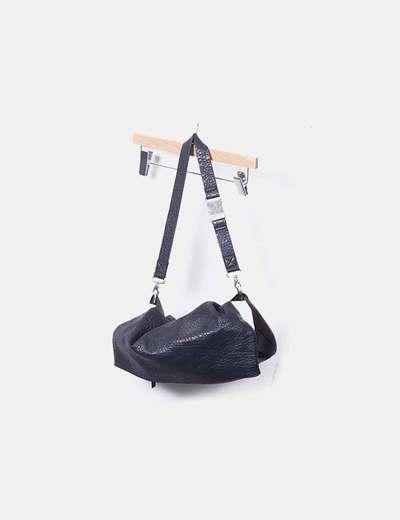 Bolso negro con solapa