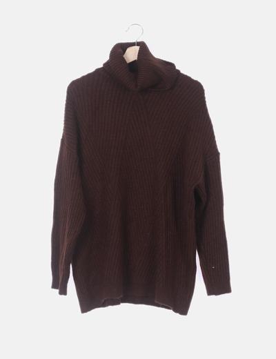Jersey marrón con cuello vuelto