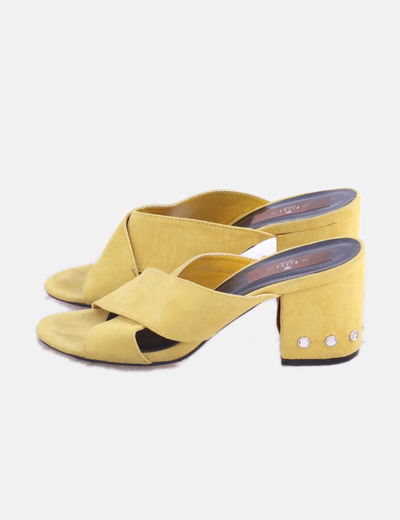 Sandalia amarilla detalle tacón