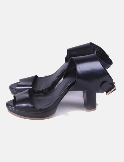 Sandalia negra tacón detalle hebilla