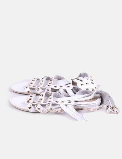 Sandalias romanas blancas con tachas