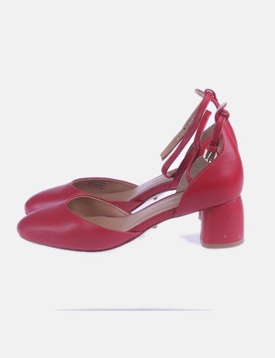 Zapato de tacón con tobillero rojo
