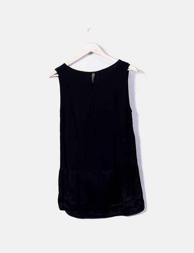 Camiseta negra de tirantes detalle bolsillo