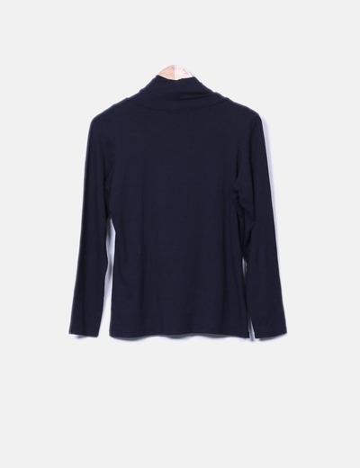 Camiseta negra con cuello baboso detalle camiseta gris