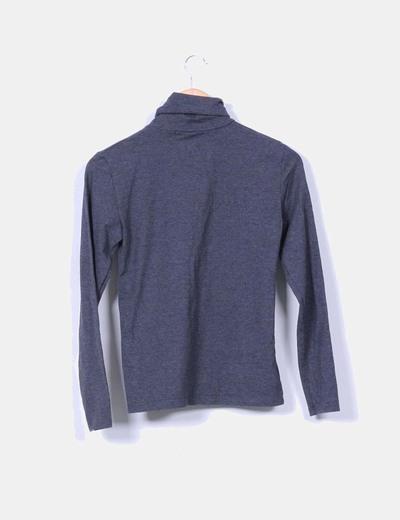 Camiseta gris con cuello vuelto