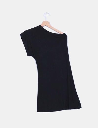 Vestido negro escote asimetrico detalle flor