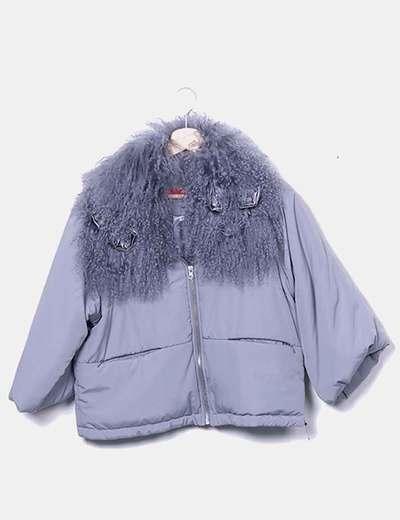 Chaqueta gris acolchada con cuello peluche