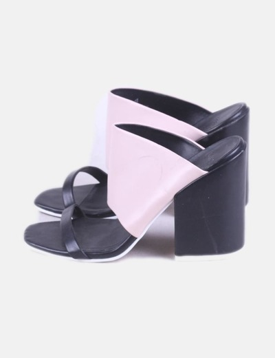 Sandalia de tacón bicolor destalonada