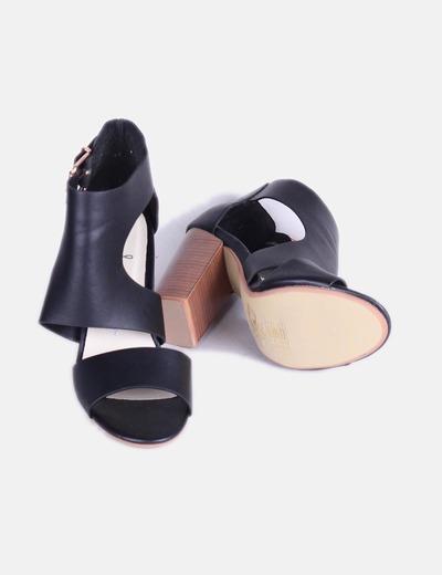 Zapato abotinado de tiras negras
