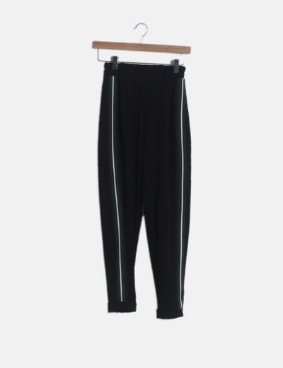 Pantalón negro fluido detalle raya