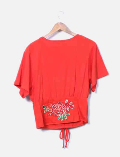 Camiseta roja detalle cinturon bordado