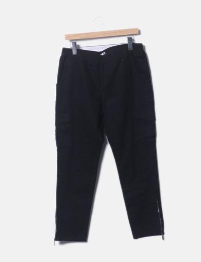 Pantalón negro multibolsillo