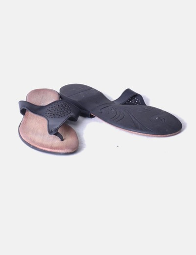 Sandalia negra troquelada