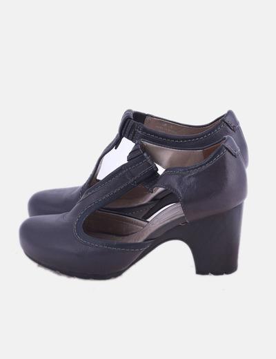Zapato gris con tacón