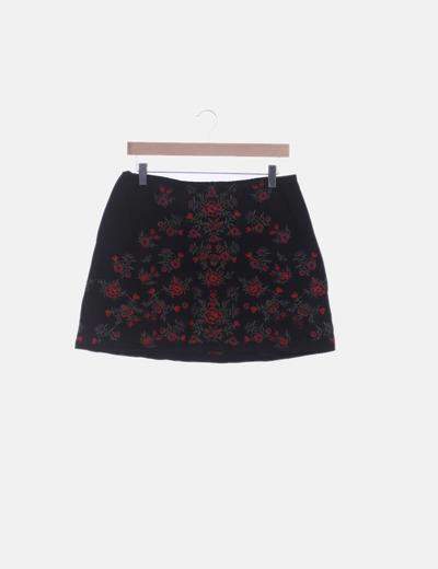 Falda negra con bordado floral