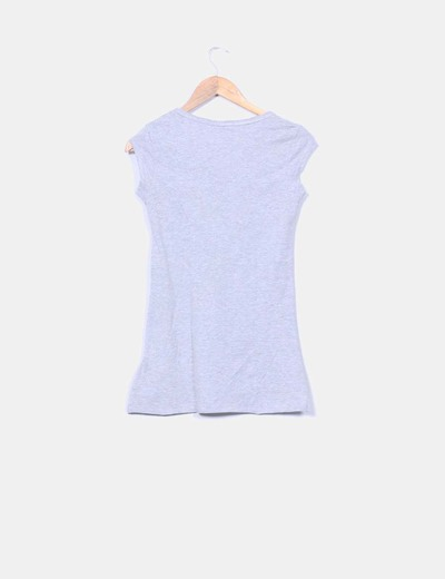 Camiseta print gris con detalles rosas