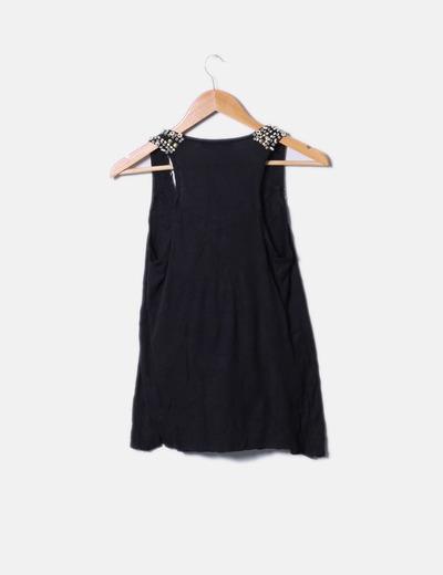 Camiseta negra con abalorios de madera
