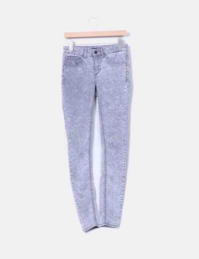 Jeans pitillo efecto desgastado gris