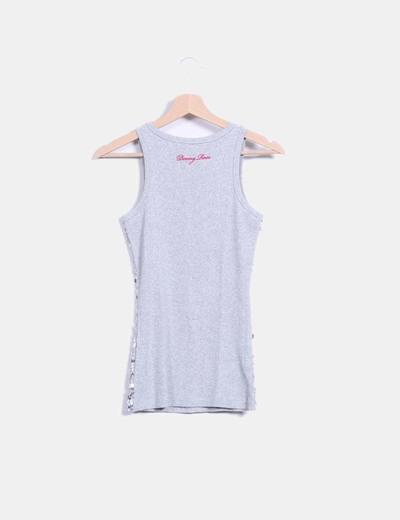 Camiseta gris con pailettes plateados