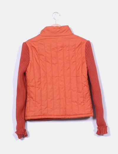 Chaqueta naranja acolchada mangas de punto