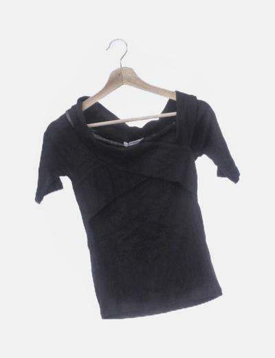 Camiseta negra cuello barco