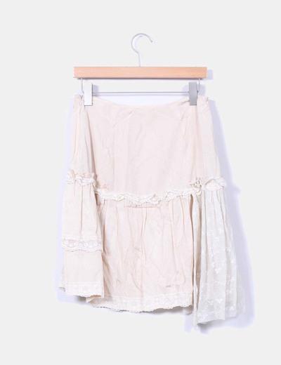Falda midi beige satinada detalle en encaje