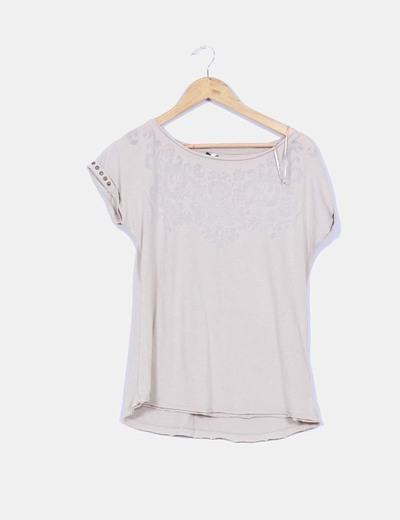 Camiseta beige manca corta detalle greca sombra y tachas Stradivarius